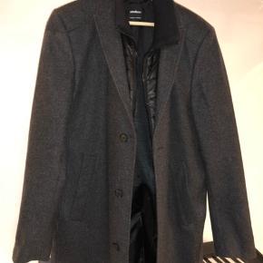 Sælger denne flotte mørkegrå Strellson frakke. Str. L/52. Den er brugt nogle gange men står som ny. Nypris var 2500kr men sælges billigt til 1000kr!