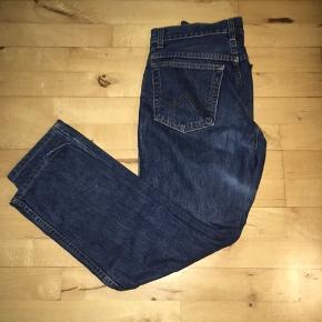 Flotte højtaljede retro wrangler jeans. Str 30/ 32. Synes de svarer mere til en 29 i taljen. Sælges, da de desværre er for små.