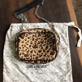 """Leopard taske med aftagelig kæderem.  Der er lidt slid på indersiden af tasken ved leopard """"hår"""". Se evt. Billede  Dustbag medfølger."""
