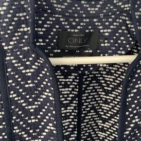 Rigtig fin mønstret jakke/lang blazer i mørkeblå og hvid. Vasket 2 gange og brugt meget lidt.
