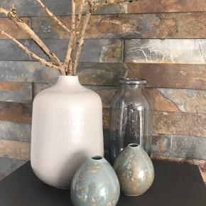 Har kun stået til pynt  A= 75kr  Zida vase fra     Speedtsberg 26cm høj   B= 75 kr  Hadria glas vase fra Lene Bjerre med små luft bobler grå/blå 25cm høj  C= 25 pr.stk. små vaser fra House Doctor 10,5cm høj