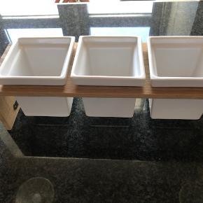 Trip Trap Plint i eg med 3 potter i hvid. Har kun stået til pynt.  Byd :-)