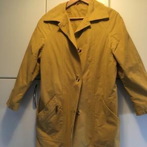 Skøn retro frakke/jakke i karry gul. Kan bruges både af str 36 og 38. Køber betaler Porto