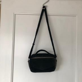 """Taske fra Daniel Silfen i sort ruskind, mangler lædersnor på lynlås """"Emma""""   Køber betaler fragt eller den kan afhentes i Århus"""