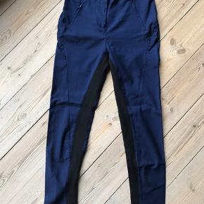 Fede bukser med sorte elastiske kiler. Sidelommer med lynlås.