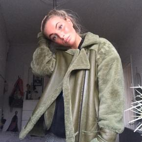 aca879afe31 Mærket er Meotine og jakken er en M. Købt lidt oversize. 100% rulam