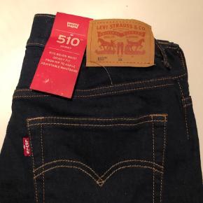 Varetype: Bukser Størrelse: 16 år (små i størrelsen) Farve: Blå Oprindelig købspris: 450 kr.  Super lækre cowboybukser ned ludt stræk i, helt nye med mærke. De er små i str., svarer til 13-14 år                                Bytter ikke og prisen er fast