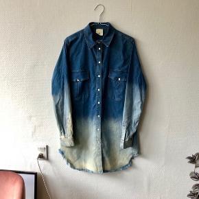 Skjortekjole med dip dye look 🤩 jeg er selv normalt str small og den sidder cool oversize på mig 😊