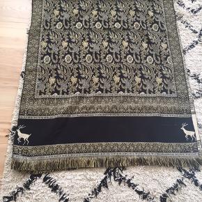 Tæppe / plaid med smukt mønster i sort, duche blå og gyldne farver Måler 95x220 cm