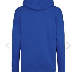 Flot svenskblå hoodie med hvidt frotte logo fra costbart. Str heddert L, og passer 12-13 år, alt efter ønsker om oversize.  Nærmest som ny, da min pige ikke får den brugt🤷♀️   Ny pris 499kr
