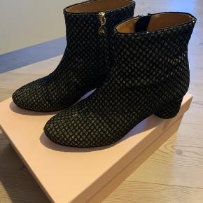 """Stine Goya """"Kansas glitter grid shoes"""" i sorte med guld glimmer effekt. Kun brugt én gang indendørs. Nypris: 2200,- Sælges for 1100,-"""
