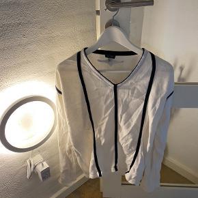 Lille i størrelsen, passer Large. Hvid Armani Jeans bluse.