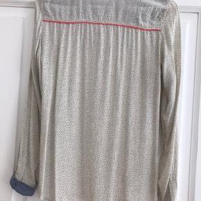 Lækker skjorte fra Foxy. Kun brugt få gange. Stof i virkelig lækker kvalitet. Denim manchetter og bærestykke. Fine orange tittekanter og metalknapper. Køber betaler porto.