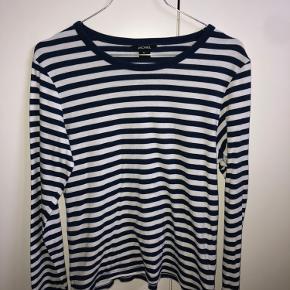 bluse fra Monki med mørkeblå og hvide striber  nypris: 100 pris 50, ellers byd:)