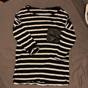 Sort/hvid stribet trøje fra only i str s. Trøjen har 3/4 ærmer og en læder lomme.  Brugt 1 gang.