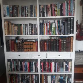 Til dig, der elsker bøger ligesom jeg. Virkelig rummelig bogreol, jeg har bøger stående i to rækker. Den har brugsspor. Skal afhentes i Vanløse. Den kan skilles ad på midten. Mål: H: 210, B: 159, D: 38