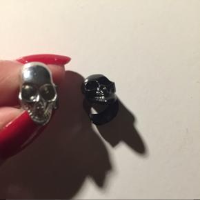 To skull ear cuffs i farverne sølv og sort  Sølv er brugt 1 gang og ikke mere, da jeg fik rigtige huller i brusken  20.- kr. pr. stk.   Perfekte til Halloween :)