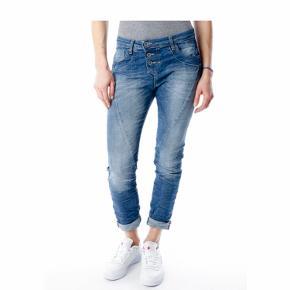 Blue baggy P78 jeans str l sælges for 500 kr  Nypris 900 pris er fast  De er ubrugte .  Har intet målebånd så kan ikke måle dem . Handler kun med forsendelse .  Bytter ikke .  Synes de er alm L
