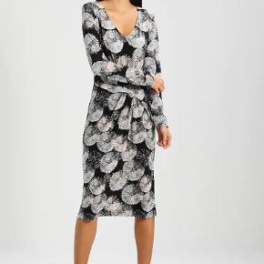 Flot figursyet kjole med v-hals. 95% polyester, 5% elastane.  Brugt 2 gange.