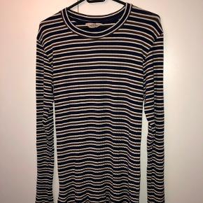 Langærmet bluse fra Mads Nørgaard i mørkeblå, brun og hvid.  Gode efterårsfarver 🍁 Den er lille i størrelsen. Den er stram og tætsiddende, så vil nok passe bedst til en der normalt bruger M/L.  Afhentes i Hellerup eller sendes med DAO 🌸