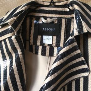 Lækker frakke i stribet sort/beige👍brugt 2 gange som ny....købe i Paris... ny pris er 1399kr👍