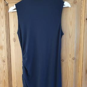 Super flot wolford kjole, helt mørkeblå. Str 36/S Uden mærkeseddel, men den er aldrig brugt eller vasket. I den ene side er der rynkeeffekt og slids. Meget flottere I virkeligheden end på billederne Mener jeg gav 2600 kr for den