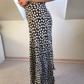 Prikket nederdel fra Zara, som jeg desværre ikke får brugt nok, hvilket er grunden til, at den sælges. Den er ikke brugt særlig mange gange og fremstår derfor næsten så god som ny.   Skriv endelig for flere billeder eller eventuelle bud:))  - Røgfrit hjem.  Jeg forbeholder mig selvfølgelig til ikke at sælge, hvis rette bud ikke opnås.  #Secondchancesummer