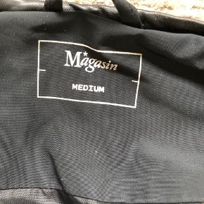Sælger denne dunjakke fra Magasin hvis rette bud kommer. Jakken er brugt men standen er så god som ny. Str. M, fitter XS-M.