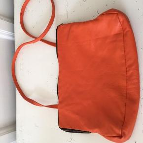 Sabine Poupinel skuldertaske i orange blødt skind og sort foer med lille lomme. Tasken måler. B30, H20, Dybde ca 6. Praktisk som supplement til stor taske eller alene. Rummer fint en iPad. Pris 1250 plus porto