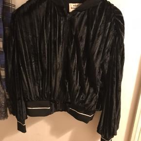 Fineste cardigan jakke. Brugt sparsomt og i flot stand. Nypris var 1599