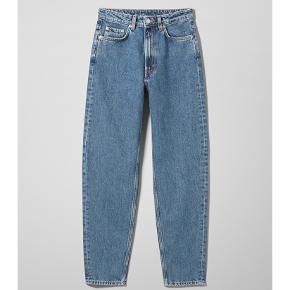 Weekday Lash Mom Jeans i str. 27/30  Brugt et par måneder, men hænger bare i skabet nu. 💛   Følg gerne - jeg sælger løbende ud af mit klædeskab fra forskellige tøjbutikker/mærker såsom Zara, Ganni, H&M, Stine Goya, Levis mm. 💗