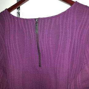 """Lækker og lun kjole i smuk bordeaux, lige til at krybe i på en kold dag.  Jeg har den også i sort, og du kan få begge kjoler for 275 kr. Den sorte har ikke lynlåsdetaljen i nakken, men et """"kighul"""".  Farven ses bedst på nærbilledet.   Materiale: 100% polyester i blød, behagelig kvalitet.  Ærmegab-ærmegab: ca. 62 cm Længde midt bag: ca. 91 cm  JEG BETALER FORSENDELSEN!  Lun kjole - eller måske to? Farve: Bordeaux"""