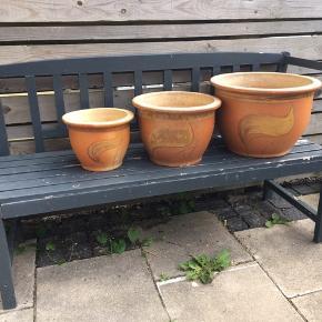 Tre flotte keramikkrukker i forskellig størrelse til have