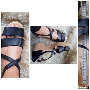 Brugt 1 gang. Fede sandaler i høj kvalitet fra Gudrun. 27.5 cm indvendig. Fremstår næsten som nye, få brugsspor. Se billederne. Husker ikke indkøbs prisen, men hendes sko koster som regel 1000+ De er 5,5 cm høje på hælen. Jeg syntes at jeg bliver for høj i dem (er 182 cm i udg.) De er simpelthen for fede til at stå i skabet.