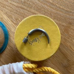 Small Horn Ørering fra Jane Kønig. Aldrig brugt - kasse og pose medfølger :-)  Sælges på Jane Kønigs hjemmeside til 550 kr.  Afhentes i 8520 eller sendes med DAO.