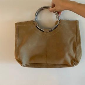 Smuk taske i ruskind fra aldo med sølv håndtag. Pæn stand, men få pletter på den ene yderside. Måske dette kan fjernes ved damp af skindet.