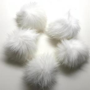 Varetype: 5 Ægte Pelskvase,  pelskvast  Størrelse: Os Farve: Hvide  Prisen er for de 5 stk. Ægte rævepelskvast. 10-12cm. Man skal selv sætte knap på hvis det skal de i. Eller de kan syes ditekte på f.eks hue.  Der er de 5. Kun hvid og de sælges kun samlet.  Ingen bund og ingen bytte.
