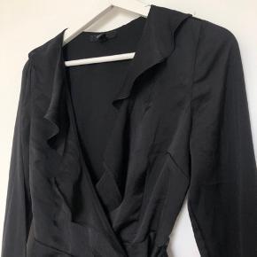 Sælger denne sorte wrapbluse fra H&M. Brugt få gange.