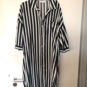 Lang stribet kjole fra Zara. Kjolen er med dybe lommer i begge sidder, samt kan smøges op i ærmerne. Kan passende bruges både med jeans og strømpebukser  Er brugt meget få gange  Se også mine andre annoncer 😊