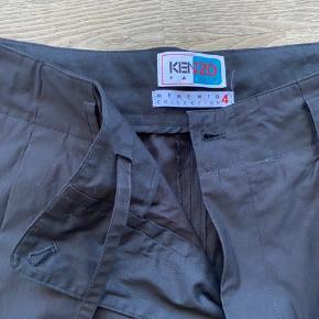størrelse US 30 - oversize kenzo bukser, aldrig brugt. Kan strammes ind i buksekanten.