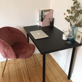 Ikea skrivebord  Størrelse: 120x60 Ny pris: 239 kr. Sortbrun bordplade og sorte bordben. Vejer ikke særlig meget.   Afhentes i Gentofte eller Frederiksberg