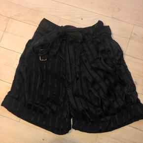 Sælges da det desværre er for stort til mig. Sælges samlet. Sættet består af shorts og skjorte, begge dele i str. 34