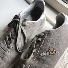 Lækre sneakers fra Ellesse.  Grå Model: Napoli Str. 41 Np: 650