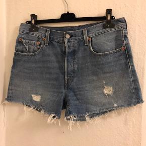 Fede korte shorts fra Levi's! Lukkes med 4 knapper, str W30  Kan ikke passe den, så ingen billeder med dem på.  Sender KUN