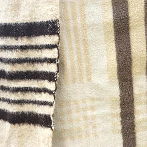Retro sjældne tæpper fra 60erne, uld/bomuld, slidt, med lidt pletter som ikke gik af i vask, de har stadig mange gode år i sig endnu. 55 for begge pp. Nyvasket. Der er lidt mærker på fra tørresnor.