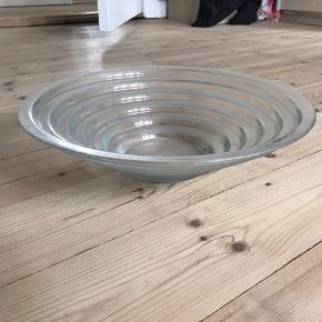 Glasskål aldrig brugt. Skal lige vaskes inden brug, da den har stået og samlet støv.