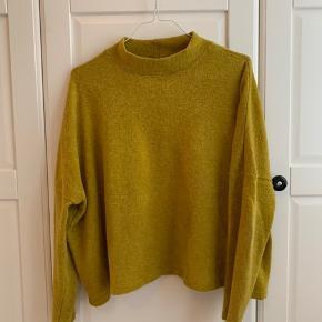 Fin oversize sweater fra H&M. Godt brugt, men stadig brugbar. Sælges fordi den er lidt for lille til mig.