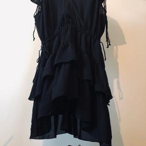 """Super flot designers remix kjole. Brugt et par gange. Bæltet i billedet følger ikke med. Snøre i livet og på skulrene til at justere fitting. Usynlig knap ved brystet så du selv kan bestemme hvor """"vild"""" du er ;-)   Ny pris: 1800kr"""