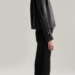 HELT NY - super smuk læderjakke fra Toteme!  OBS det er størrelse XXS (Men fitter klart en S)!  Kan prøves i Valby ellers sender jeg gerne.  Nypris: 6500