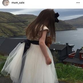 Brugt engang i max 5 timer. Rigtig fun brudepige kjole i høj kvalited. Ingen slid, mærker eller huller. Flere billeder kan sendes
